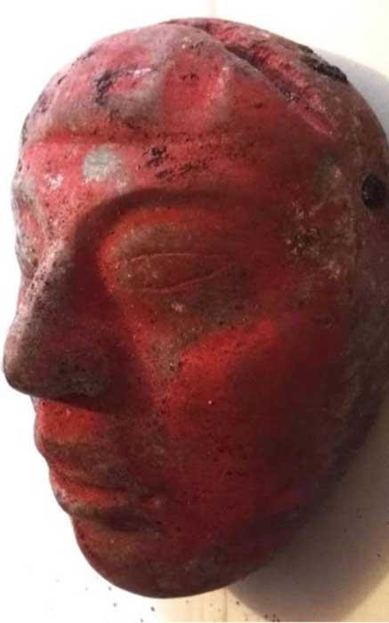 Máscara de jade del Enterramiento 80, pintada de rojo con pigmento de cinabrio.