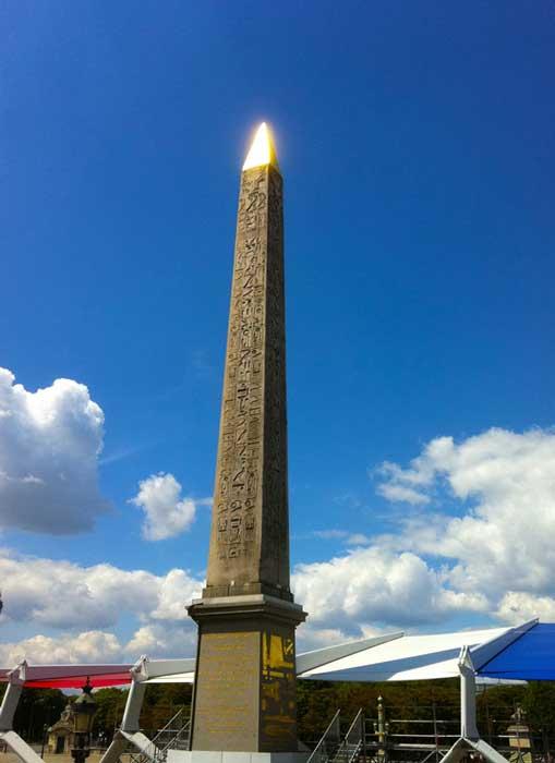 Obelisco del templo de Ramsés II en Luxor, ahora en la Plaza de la Concordia de París. El obelisco regio recientemente descubierto habría tenido un aspecto similar al de éste en su momento de máximo esplendor, con una lámina de oro o cobre cubriendo su cúspide.