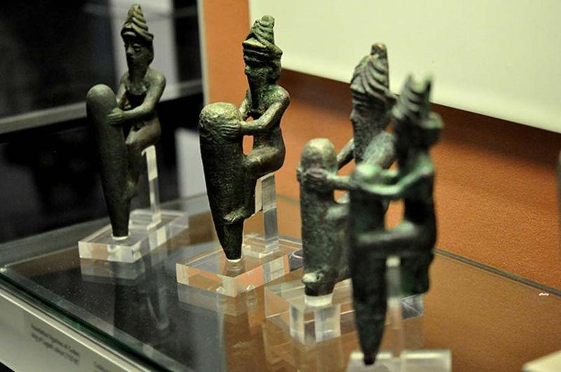 Cuatro estatuillas de aleación de cobre datadas en torno al 2130 a. C. Representan a cuatro antiguos dioses mesopotámicos, con sus características coronas de cuernos