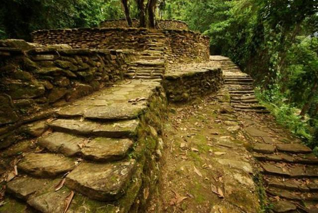 Caminos, terrazas y escaleras de Ciudad Perdida