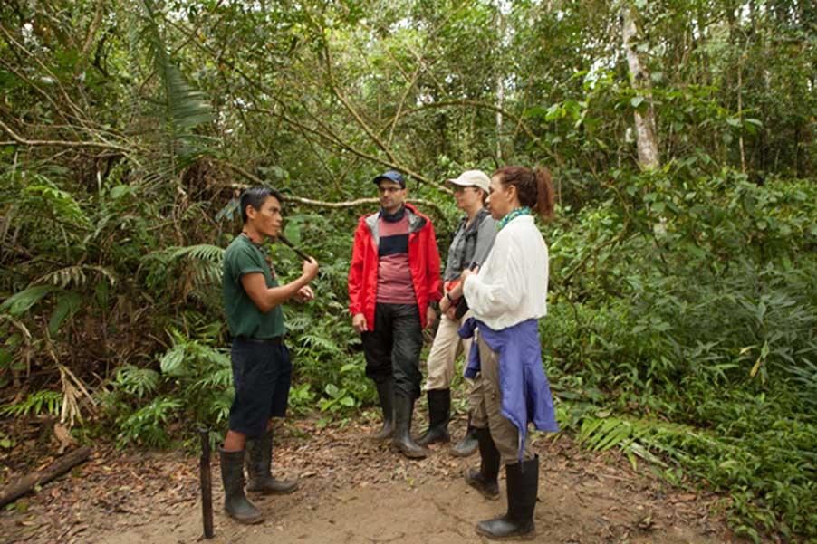 El guía indígena, Pidru, explica el uso de algunas de las plantas de la selva amazónica ecuatoriana