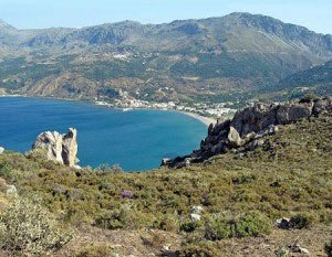 Los acantilados rocosos alrededor de la aldea de Plakia eran en realidad zona de costa en tiempos prehistóricos. Aquí es donde el equipo comenzó las excavaciones