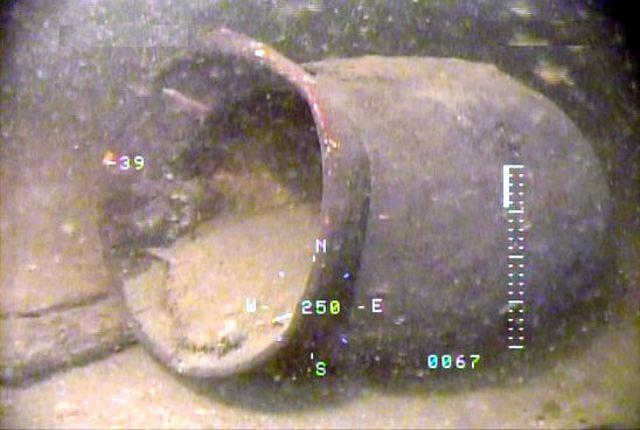 Un antigua urna, fotografiada por un robot submarino, en el fondo del lago Biwako en la prefectura de Shiga