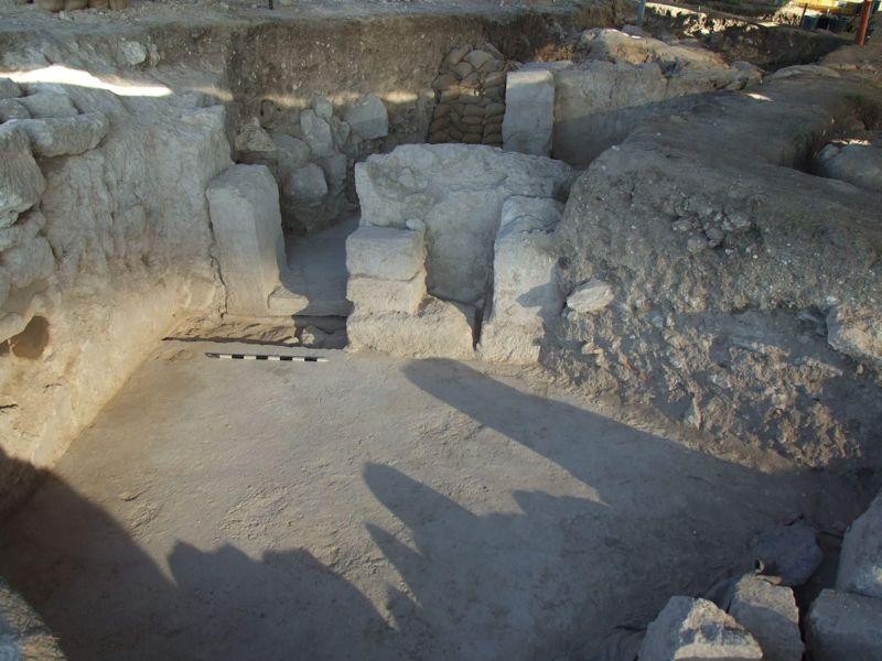 La puerta monumental de los Principia en la Ironclad's Legionary Base en Legio