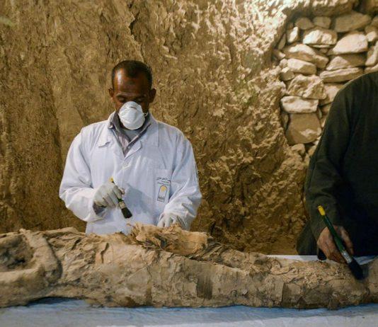 Hallan dos tumbas con una momia de 3.500 años en Egipto