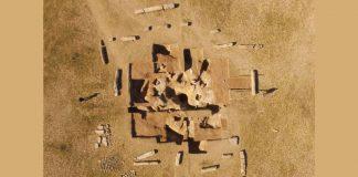 Hallan sarcófago rodeado de pilares con misteriosas escrituras en Mongolia