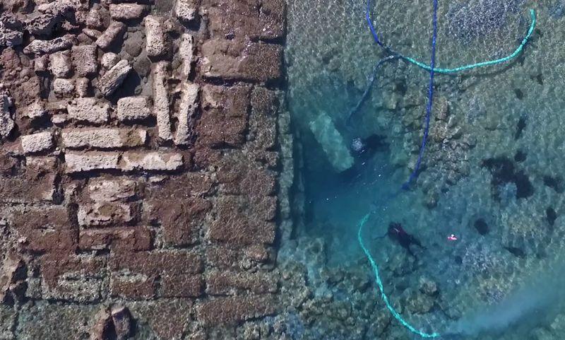 Los arqueólogos subacuáticos Matej Školc y Alex Tourtas excavan en el Puerto Exterior