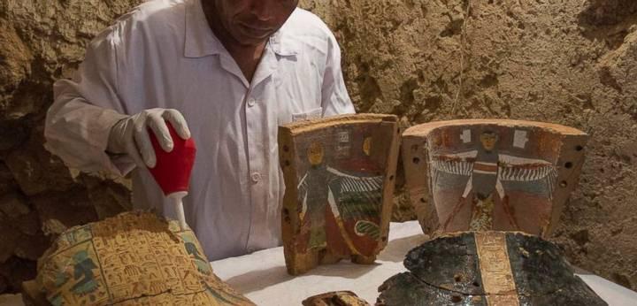 En la tumba también han sido halladas una gran cantidad de máscaras de madera pintadas, vasijas de arcilla y alrededor de 450 estatuillas.