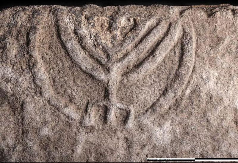 La puerta de piedra con inscripción menorah descubierta en Tiberíades, diciembre de 2017