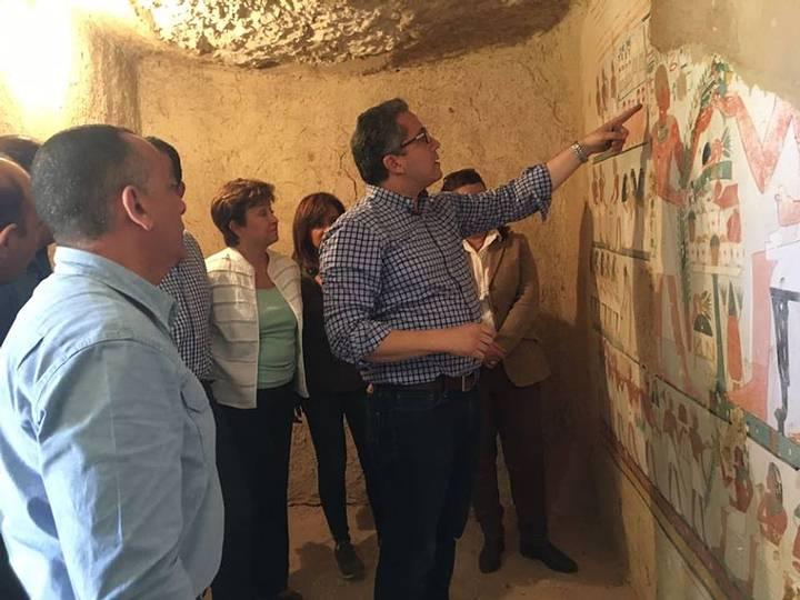Arqueólogos estudiando los coloridos murales de la tumba.