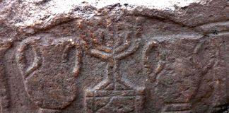 Hallan en sello de Menorah tallado en una antigua tumba en Israel