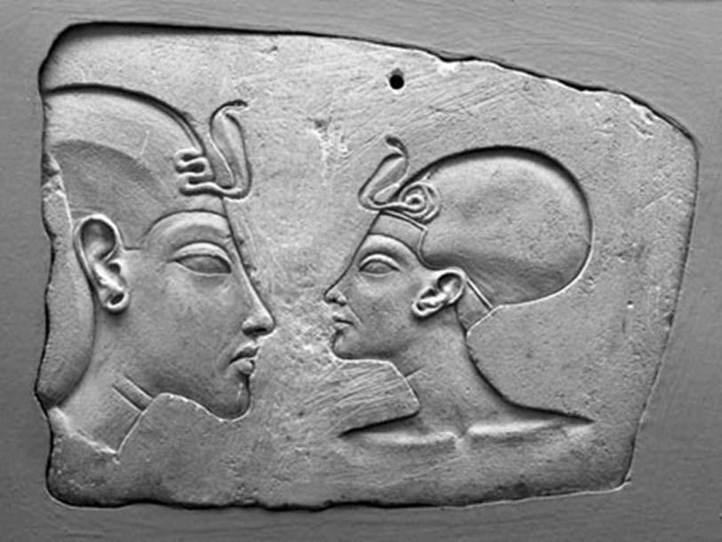 Placa de Wilbour, Museo de Brooklyn. El rostro de Nefertiti aparece casi tan grande como el de su marido, lo que indica su importancia