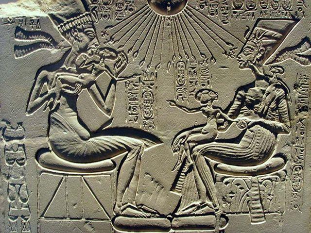 Relieve con Akenatón, Nefertiti y tres de sus hijas. Dinastía XVIII, reinado de Akenatón
