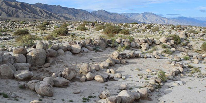 Los campos agrícolas en el antiguo sistema de riego estaban bordeados con cantos rodados para frenar el escape de las aguas de inundación de primavera y fomentar el depósito de sedimentos ricos en nutrientes