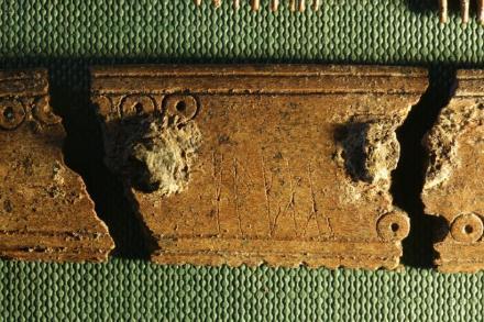 Una vista ampliada de las runas grabadas en una parte del peine. Ambos lados contienen la palabra «peine». De un lado está el verbo (peinar) y el otro el sujeto, peine. Posiblemente fue inscrito por dos personas diferentes
