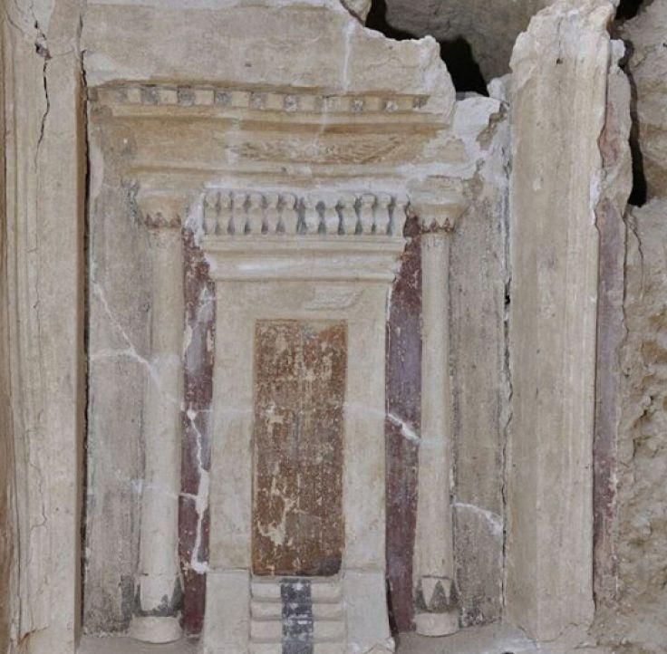Antigua lápida greco-romana representa una entrada del templo completa con pilares y escalera