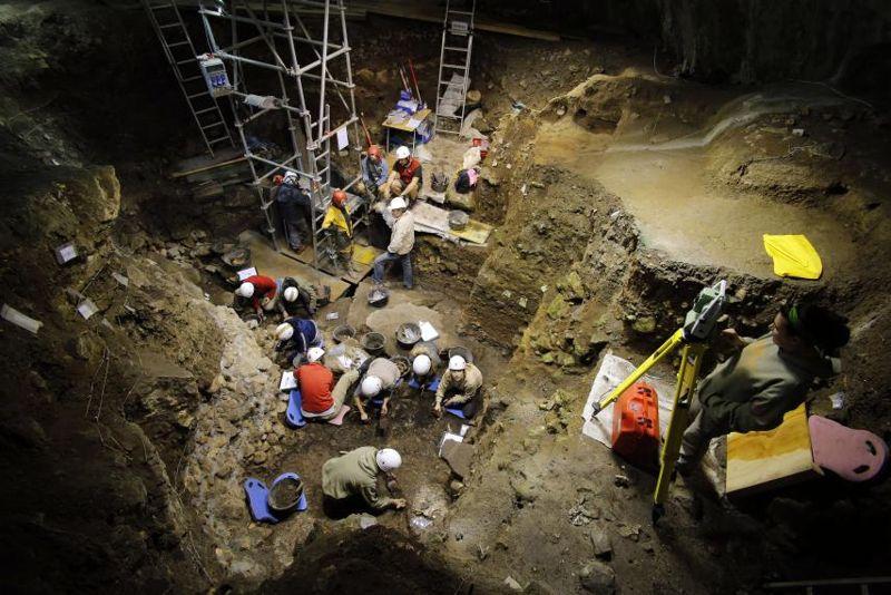 Arqueólogos excavando en El Portalon de la Cueva Mayor