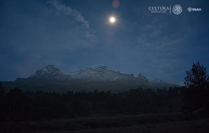 Vista nocturna a las faldas del del volcán Iztaccíhuatl