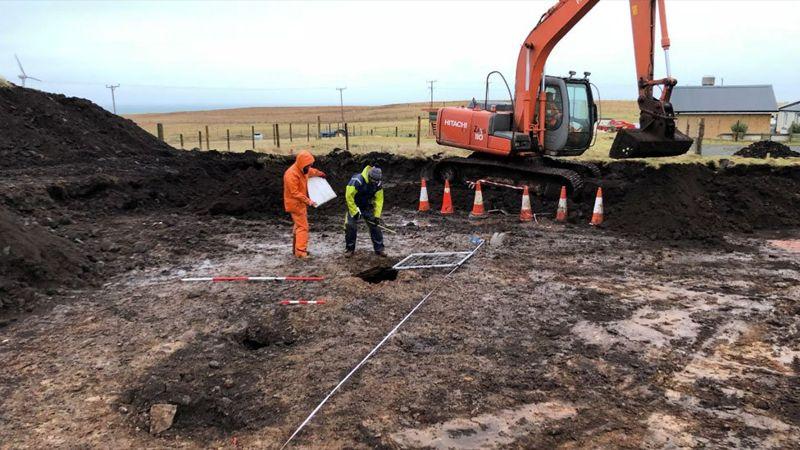 Arqueólogos Chris y Rachel Barrowman en el sitio del hallazgo