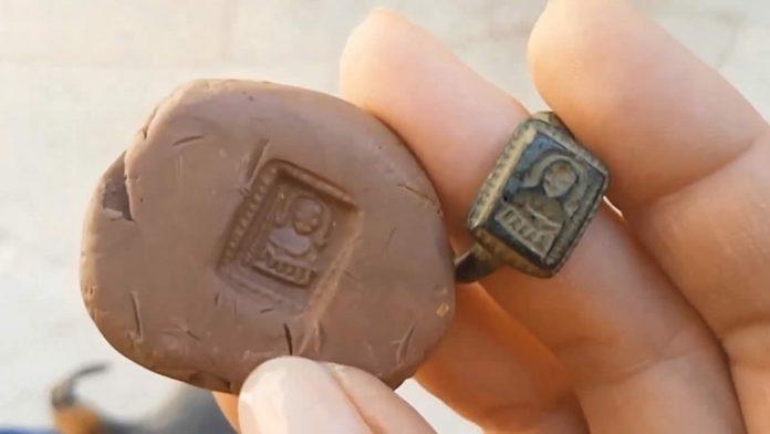 Hallan anillo con imagen de San Nicolás, de 700 años de antigüedad