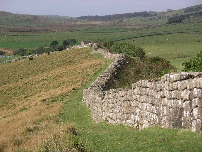 La Muralla de Adriano fue una fortificación defensiva construida por los romanos durante el siglo II d.C