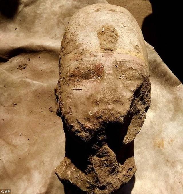 La cabeza fue desenterrada en el corredor trasero externo del templo. Mide 70 cm de altura por 56 de ancho y 30 de profundidad