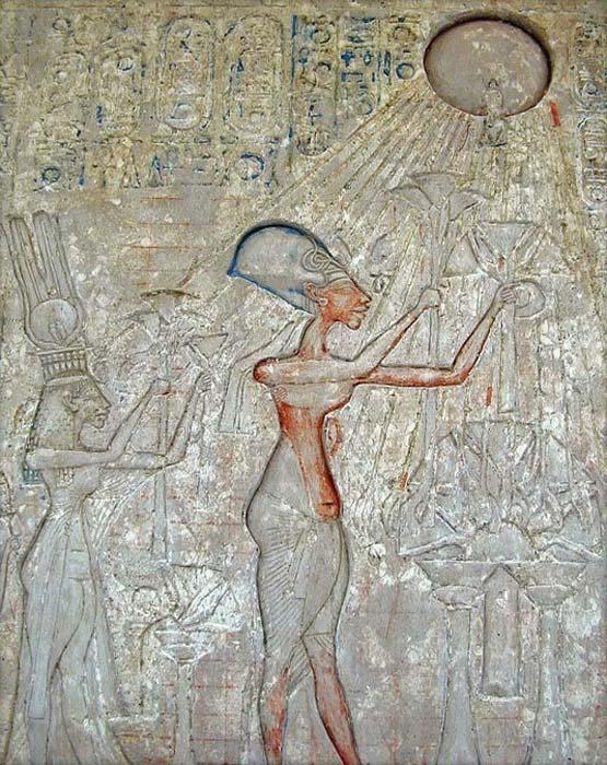 El faraón Akenatón (en el centro) y su familia adorando a Atón, con los característicos rayos emanando del disco solar