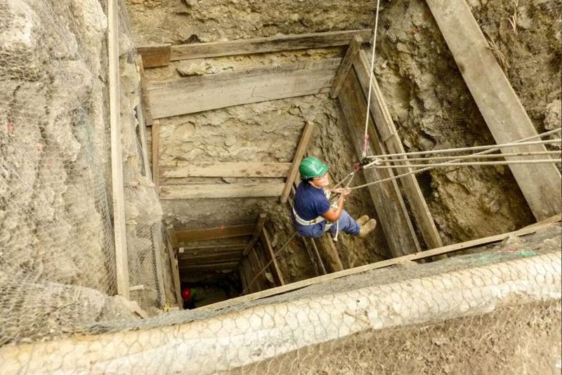 Los huesos de perro se encontraron en los niveles más bajos de dos pozos, cada uno dentro de una pirámide en el sitio de Ceibal
