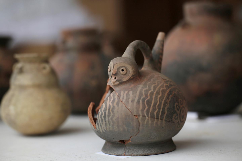 Cerámica de las tumbas de la cultura Chimú presente en el sitio arqueológico de Trujillo, Perú
