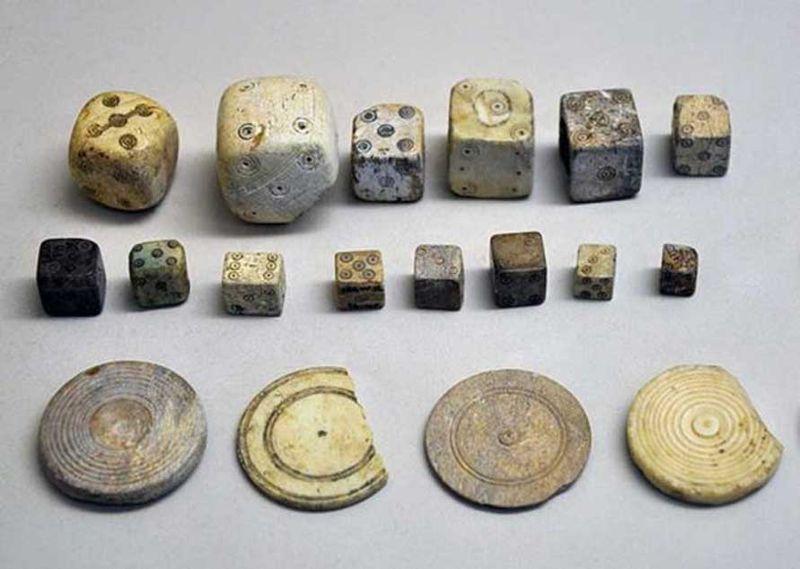 Selección de dados y fichas de juego de la época romana