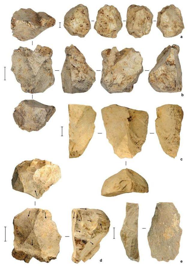 Artefactos de piedra de los depósitos profundos en Leang Burung 2, fechados en al menos 50.000 años