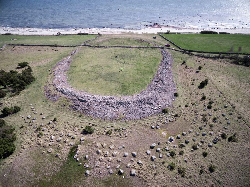 Incluso 1500 años después, hay historias persistentes a nivel local sobre Sandby Borg, que es un lugar oscuro y peligroso