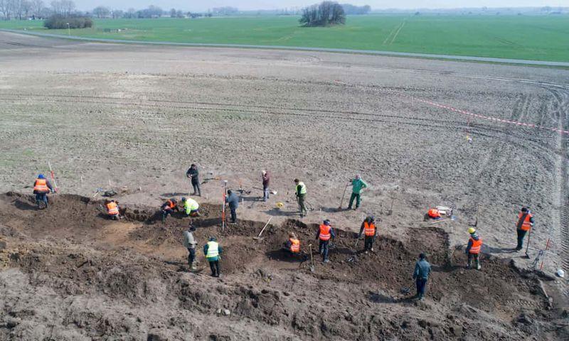 Arqueólogos trabajando en la excavación en la isla de Rügen después del hallazgo