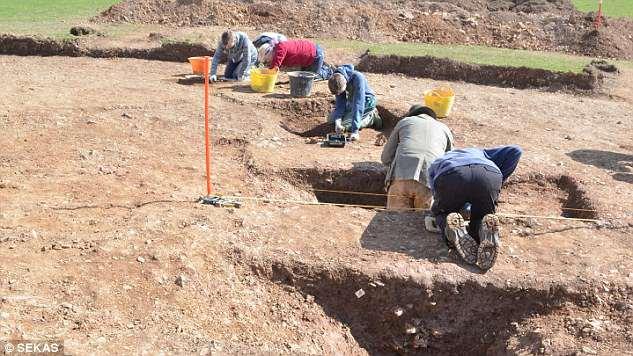 Otros artículos encontrados en el sitio (en la imagen) incluyen varios ejemplos de cerámica de la Edad de Bronce de Cornualles, herramientas de piedra y dos piedras de martillo de alta calidad, que se utilizan para hacer herramientas de sílex.
