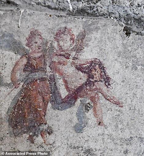 Detalles de los frescos que se encontraron durante las excavaciones en el sitio arqueológico de Pompeya, el jueves 17 de mayo de 2018. Los arqueólogos que excavaron una parte inexplorada de Pompeya descubrieron una calle de casas con balcones intactos que fueron enterrados cuando el monte Vesubio estalló en el año 79 d.C.