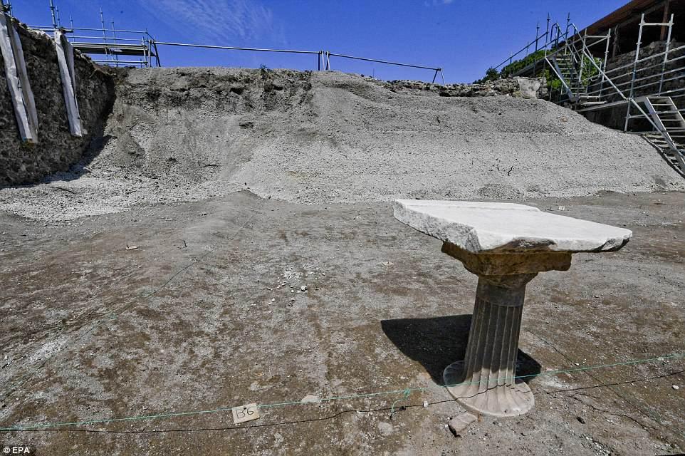 """Una columna con mármol superpuesto emergió del suelo durante las excavaciones en el sitio arqueológico de Pompeya, donde recientemente se descubrió el """"Vicolo dei Balconi"""""""