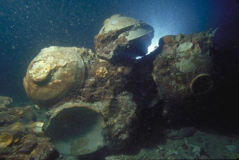 Algunos de los muchos cuencos de cerámica encontrados en el naufragio del mar de Java, fotografiados en el fondo del océano