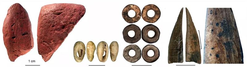 Un equipo de investigación descubrió herramientas y cuentas que datan de la Edad de Piedra Media hasta la Edad de Hierro en una cueva en Kenia. De izquierda a derecha: ocre rojo trabajado; cuenta hecha de una concha de mar; cuentas de cáscara de huevo de avestruz; herramienta de hueso; primer plano de la herramienta ósea que muestra rastros de raspado