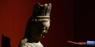 Hallan un tesoro oculto en antigua estatua budista
