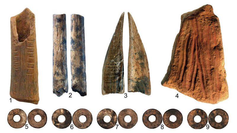 Huesos marcados (1-3) un crayón para hacer arte (4) y cuentas de huevo de avestruz (5-9)