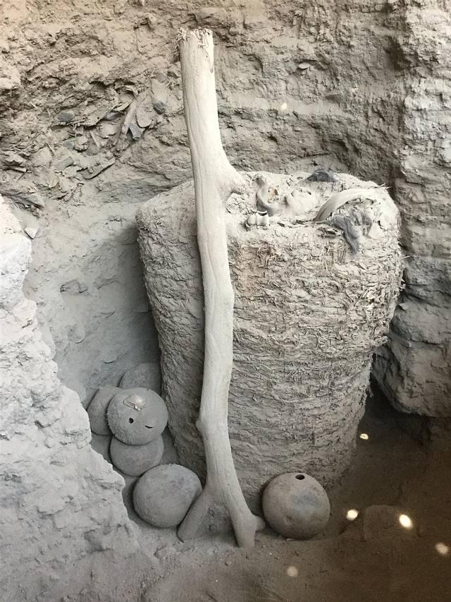 El fardo funerario de unos 1.000 años de antigüedad, rodeado de ofrendas