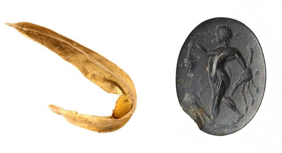 Se encontró un pequeño fragmento de oro (izquierda), que puede ser los restos de un pendiente, tal vez usado por la mujer o enterrado a su lado. También se encontró una pequeña piedra preciosa (derecha), hecha de jaspe y tallada con un sátiro, una figura mitológica que es en parte humana, en parte cabra, y que originalmente se habría establecido en un anillo.