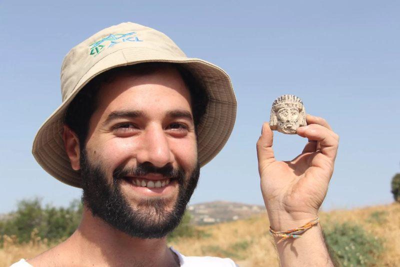 Mario Tobia sostiene la escultura en miniatura poco después de descubrirla