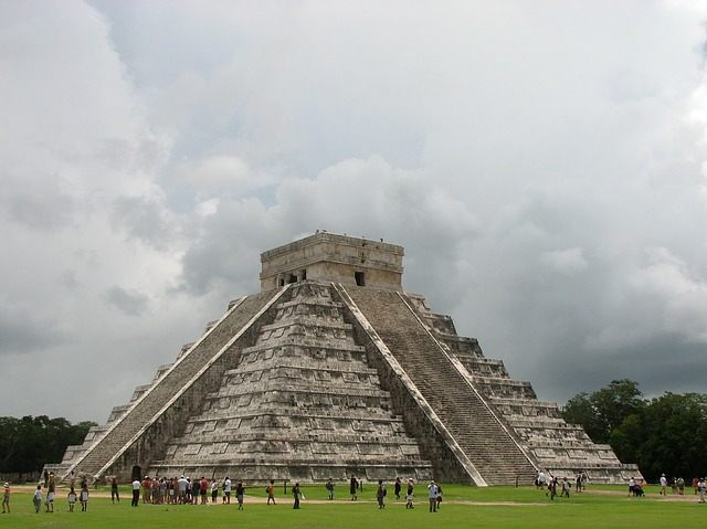 La monetización de los granos de cacao y tejidos textiles, eventualmente servirían como monedas universales que cruzaban fronteras étnicas y lingüísticas entre los antiguos mayas.