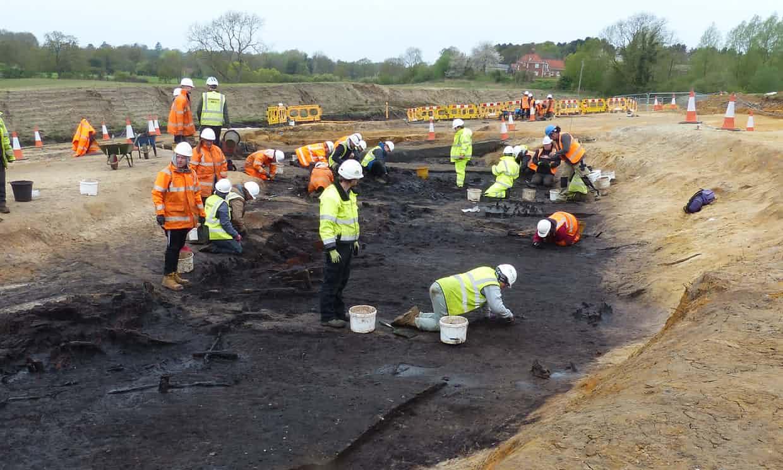 Los arqueólogos excavan el sitio de Suffolk