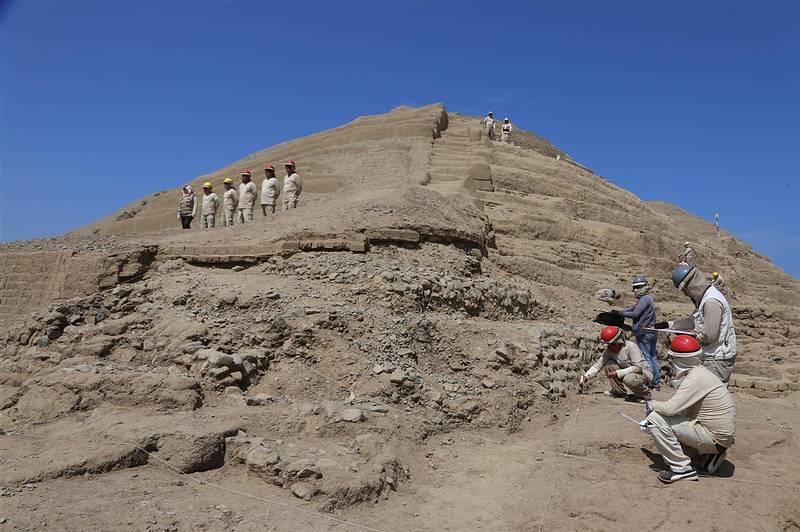 En el sitio hay además una «huaca» (santuario, en quechua), que hasta hace poco era un enorme montículo de tierra, pero gracias al trabajo de los arqueólogos recuperó su aspecto de pirámide trunca. Construida de forma escalonada, tiene más de 20 metros de altura y 90 metros de largo y ancho.