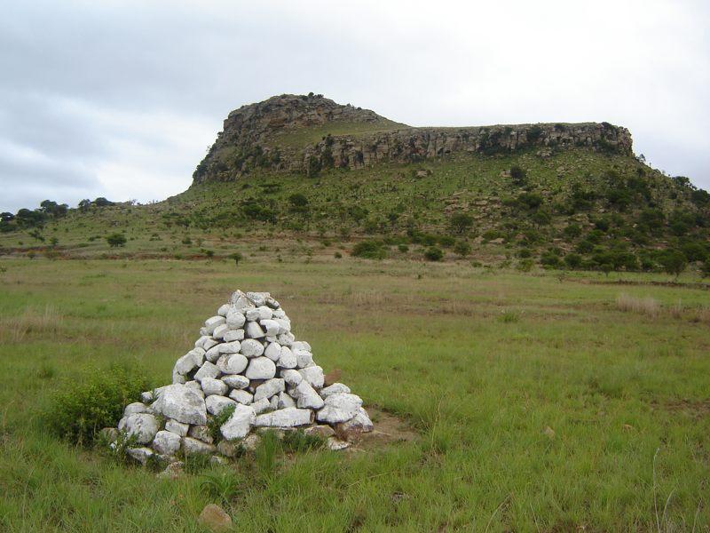 Uno de los muchos cairns señalizando sepulturas masivas británicas en el sitio de la Batalla de Isandlwana
