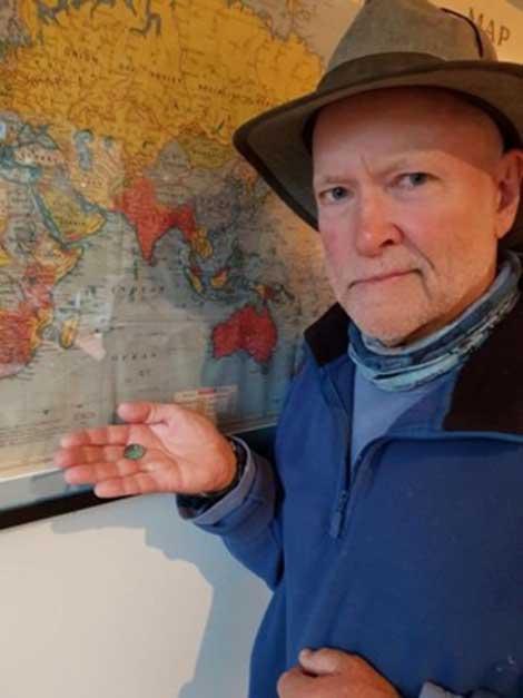 """El hallazgo fue realizado por el grupo de investigación Past Masters (""""Maestros del Pasado""""). Aquí podemos ver a Mike Hermes mostrando la antigua moneda recientemente descubierta"""
