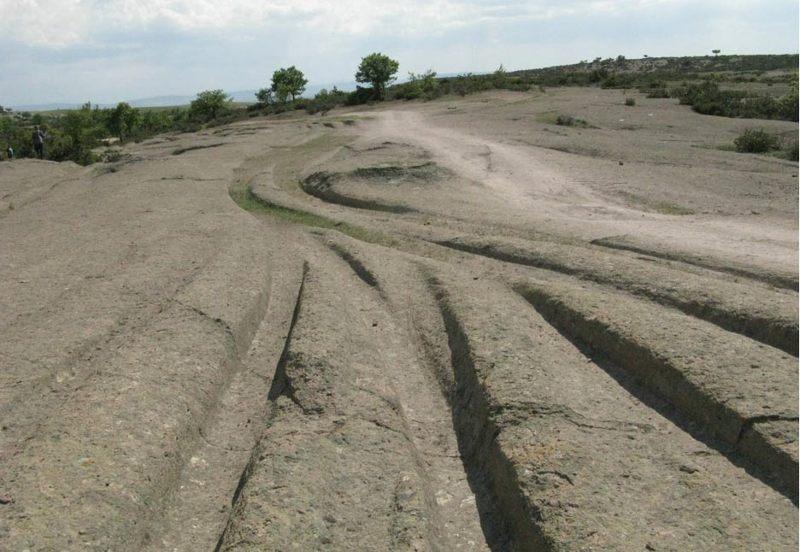 Misteriosos rastros antiguos cortan el paisaje en el Valle Frígio de Turquía. ¿Quién hizo estas pistas y cómo?