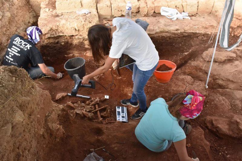 Los arqueólogos excavan y escanean los entierros